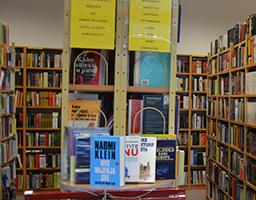 Nakon revizije iz Gradske knjižnice poručili: Veći broj knjiga je uništen - mrlje različitog porijekla, zalivene i išarane knjige...